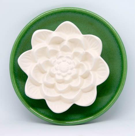 Duftstein Lotusblüte mit großem grünen glasiertem Untersetzer
